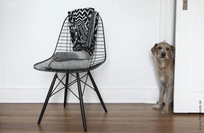 minimalistischer Kleiderschrank Stuhl mit Klamotten
