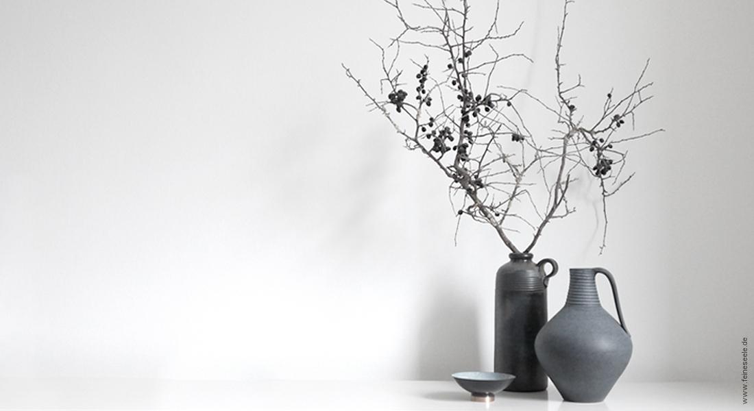 Minimalistisch leben: Vasengruppe auf Sideboard