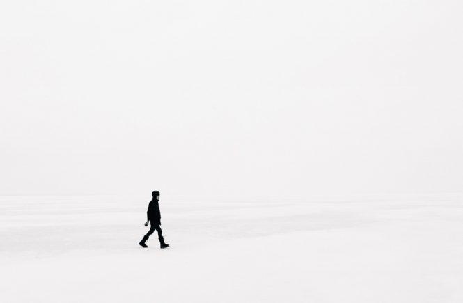 Minimalismus: Mann im Schnee