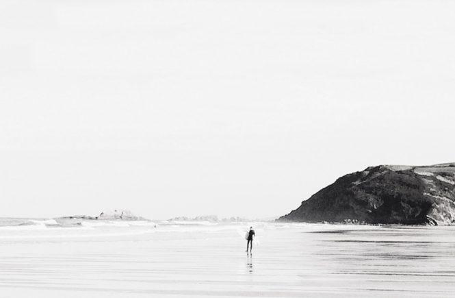 Selbstwertgefühl stärken: Surfer am Strand
