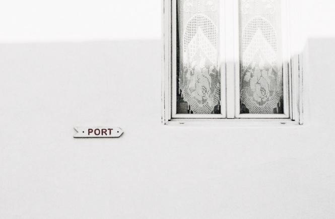 Negative Gedanken: Fenster an Hauswand