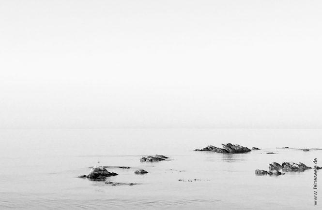 Eigenen Weg gehen: Steine im Meer